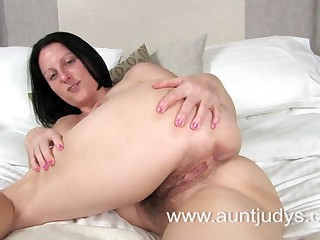 Hot Mother I'd Like To Fuck Amber widens her legs